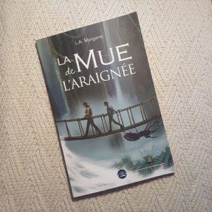 """Première de couverture du voyage initiatique de science-fiction """"La Mue de l'araignée"""" de L.A. Morgane."""